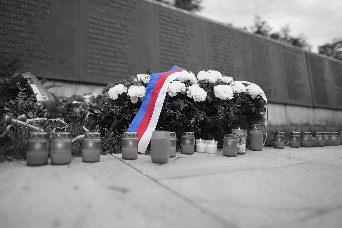 Svíčky za popravené střelnice Kobylisy